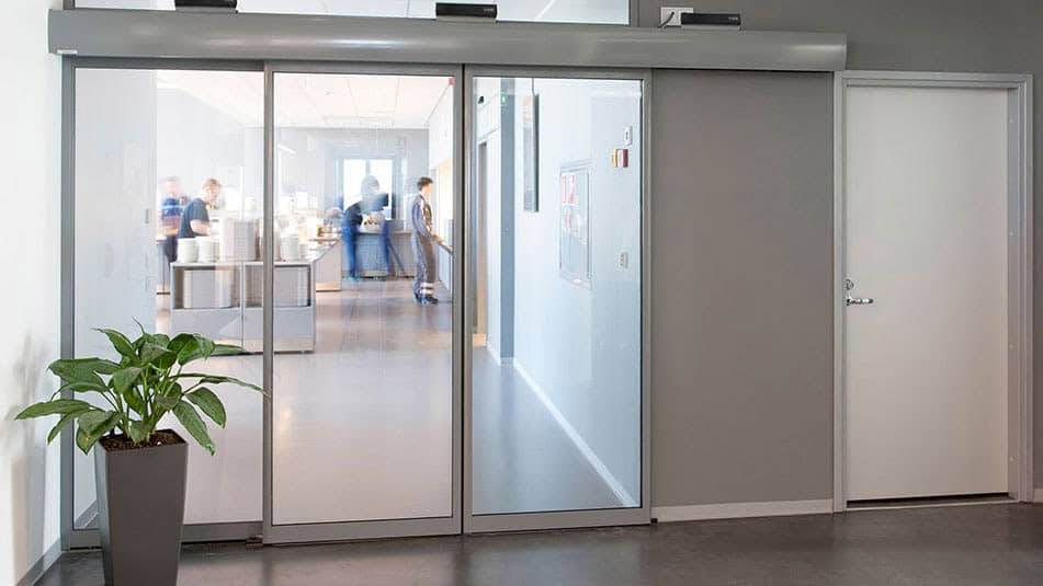 KONE UniDrive® for sliding doors ensures smooth people flow in various environments.